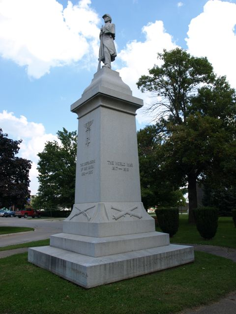 Civil war memorial on courthouse lawn